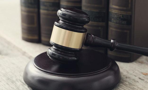 Адвокат, суд молоток, книги